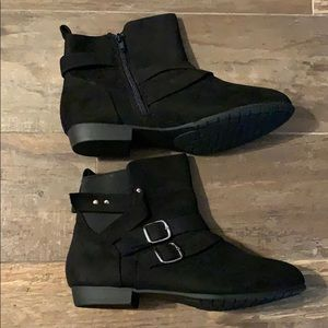 Woman's black bootie